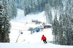 Esquiador que va abajo de la cuesta Foto de archivo libre de regalías