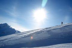 Esquiador que va abajo de la cuesta Imagen de archivo