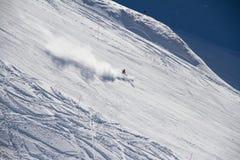 Esquiador que va abajo de la cuesta en la estación de esquí. Fotos de archivo