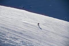 Esquiador que va abajo de la cuesta en la estación de esquí Fotos de archivo libres de regalías
