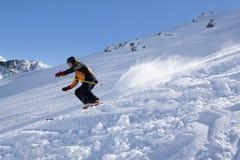Esquiador que va abajo de la montaña en Candanchu, los Pirineos Imagenes de archivo