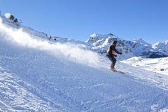 Esquiador que va abajo de la montaña muy rápidamente Imagenes de archivo