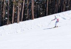 Esquiador que va abajo en cuesta Fotos de archivo libres de regalías