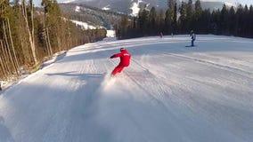 Esquiador que vai abaixo da corrida de esqui em Bukovel vídeos de arquivo