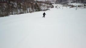 Esquiador que vai abaixo da inclinação video estoque