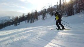 Esquiador que vai abaixo da inclinação vídeos de arquivo