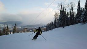 Esquiador que vai abaixo da inclina??o filme