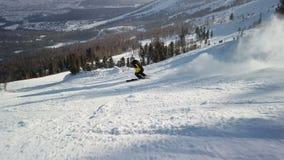 Esquiador que vai abaixo da inclina??o vídeos de arquivo