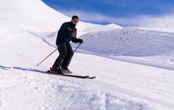 Esquiador que vai para baixo na inclinação Fotos de Stock Royalty Free