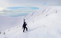 Esquiador que viaja alpino que camina en montañas del invierno fotografía de archivo libre de regalías