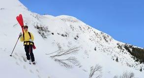 Esquiador que viaja alpino en montaña del invierno fotografía de archivo