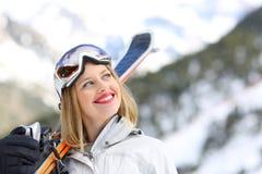 Esquiador satisfecho que mira el lado en la montaña Fotografía de archivo libre de regalías