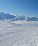 Esquiador solitario en campo del moghul en las montan@as Fotos de archivo libres de regalías