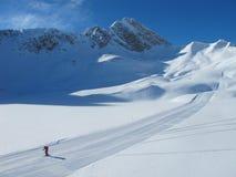 Esquiador solitario en piste del esquí en día de invierno asoleado Imágenes de archivo libres de regalías