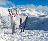 Esquiador sonriente que presenta en el top de la montaña Pirin Imagenes de archivo