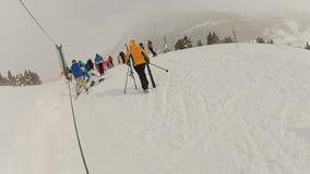 Esquiadores amadores desajeitados que preparam-se para o passeio, resto ativo do inverno em montanhas nevado video estoque