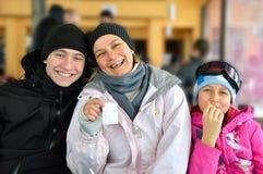 Esquiadores da família Fotografia de Stock