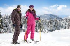 Esquiadores de los pares imagenes de archivo