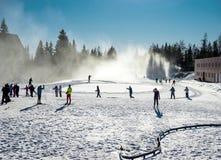 Esquiadores del campo a través Fotografía de archivo