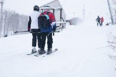 Esquiadores del campo a través en nieve del invierno Imagen de archivo libre de regalías