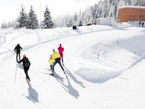 Esquiadores del campo a través que levantan la colina Fotografía de archivo