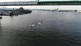 Esquiadores del jet de la visión aérea en el PA del río Delaware Philadelphia almacen de video