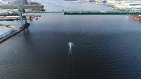 Esquiadores del jet de la visión aérea en el PA del río Delaware Philadelphia almacen de metraje de vídeo