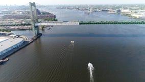 Esquiadores del jet de la visión aérea en el PA del río Delaware Philadelphia metrajes