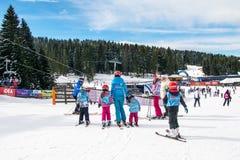 Esquiadores dos jovens do estudo do instrutor do esqui Imagem de Stock
