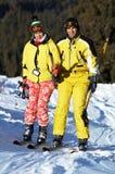 Esquiadores dos pares no elevador do esqui da montanha Fotos de Stock