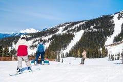 Esquiadores e pensionistas na montanha do assobiador Fotos de Stock