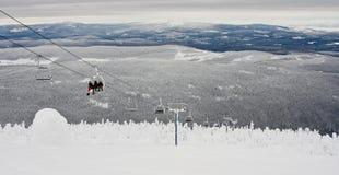 Esquiadores e pensionistas no elevador Fotos de Stock Royalty Free
