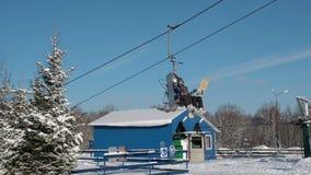 Esquiadores e snouborders em um elevador de esqui pov no tempo de inverno O teleférico levanta os povos até a inclinação filme