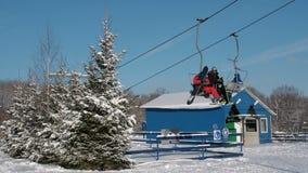 Esquiadores e snouborders em um elevador de esqui pov no tempo de inverno O teleférico levanta os povos até a inclinação video estoque