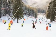 Esquiadores e snowboarders que apreciam a boa neve Fotografia de Stock Royalty Free