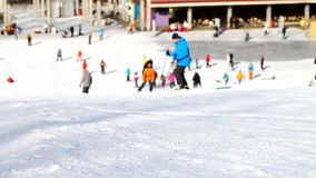 Esquiadores e snowboarders que vão abaixo da inclinação vídeos de arquivo