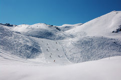 Esquiadores em inclinações do esqui em alpes franceses Fotografia de Stock Royalty Free