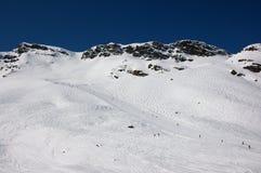 Esquiadores em inclinações do esqui em alpes franceses Fotos de Stock Royalty Free