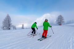 Esquiadores em montanhas dos cumes Foto de Stock Royalty Free