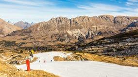 Esquiadores em uma inclinação artificial da neve vídeos de arquivo