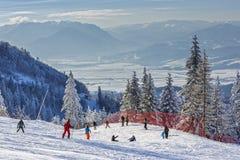Esquiadores en cuesta Fotos de archivo libres de regalías