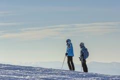 Esquiadores en cuesta del esquí Imágenes de archivo libres de regalías