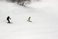 Esquiadores en cuesta del esquí en el día de invierno Fotografía de archivo