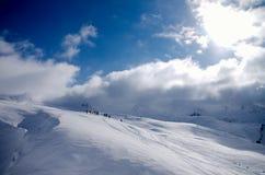 Esquiadores en cuestas del esquí en las montañas francesas Fotos de archivo libres de regalías