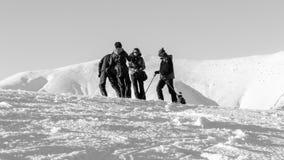 Esquiadores en cuestas del esquí en montañas cárpatas Fotos de archivo libres de regalías