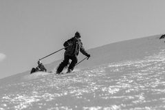 Esquiadores en cuestas del esquí en montañas cárpatas Imagen de archivo