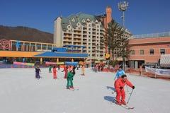 Esquiadores en el centro turístico de la nieve del pino de Yangji en Corea del Sur Foto de archivo libre de regalías