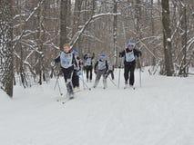 Esquiadores en el final Imagen de archivo libre de regalías