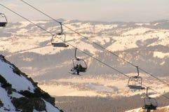 Esquiadores en el funicular Fotos de archivo libres de regalías
