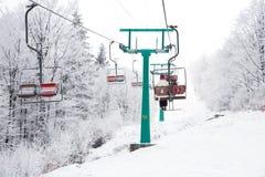 Esquiadores en el funicular en montañas de la nieve en el día de invierno li del teleférico Imágenes de archivo libres de regalías